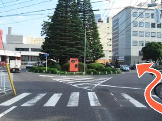市役所前のロータリー右側を進みます。正面右の建物が八戸商工会館です。