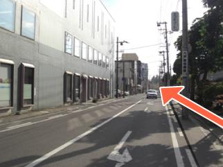 八戸商工会館脇の道を真っ直ぐ進みます。