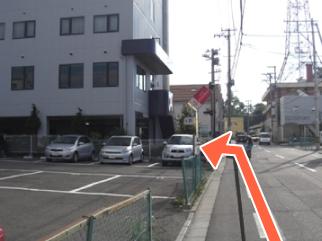 信号から100m。左手にホテルが見えます。